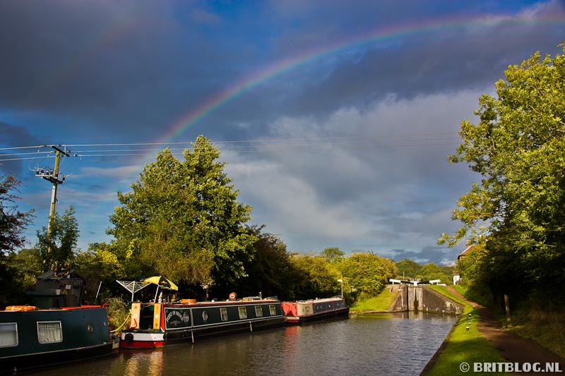 narrowboat met regenboog