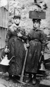 Twee vrouwen aan het werk bij de mijnen aan het eind van de Victoriaanse tijd